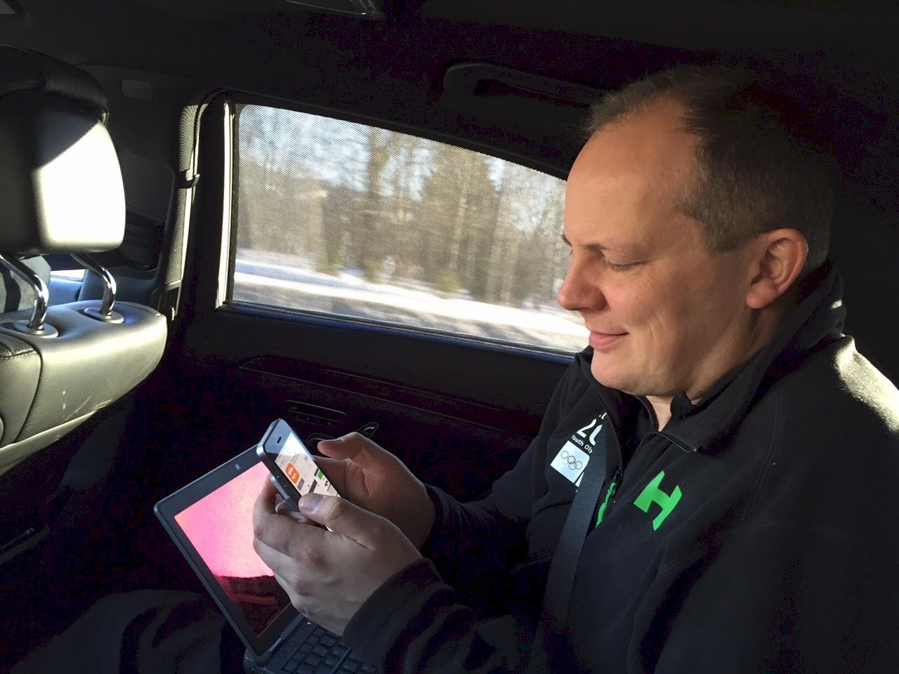 Samferdselsminister Ketil Solvik-Olsen sjekker ut den nye appen «Bil og henger». FOTO: Samferdselsdepartementet