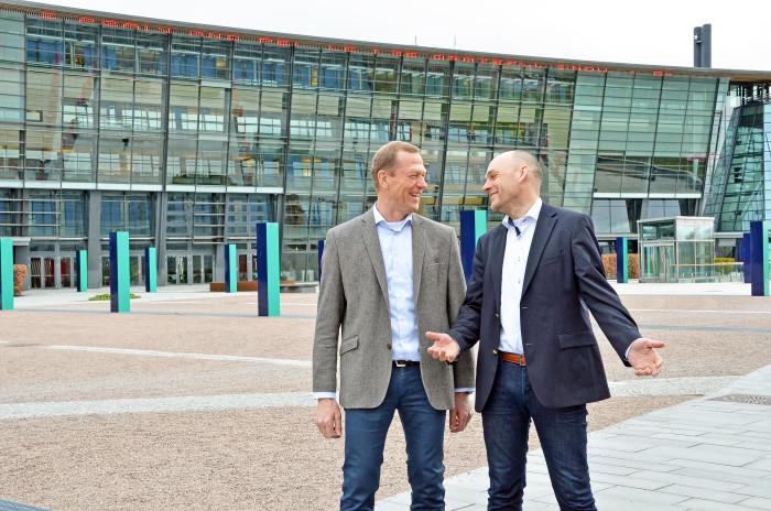 Nå kan du bruke mobilen i EU og EØS uten ekstra kostnad, sier Ove Fredheim (t.v.) og Bjørn Ivar Moen. FOTO: Telenor