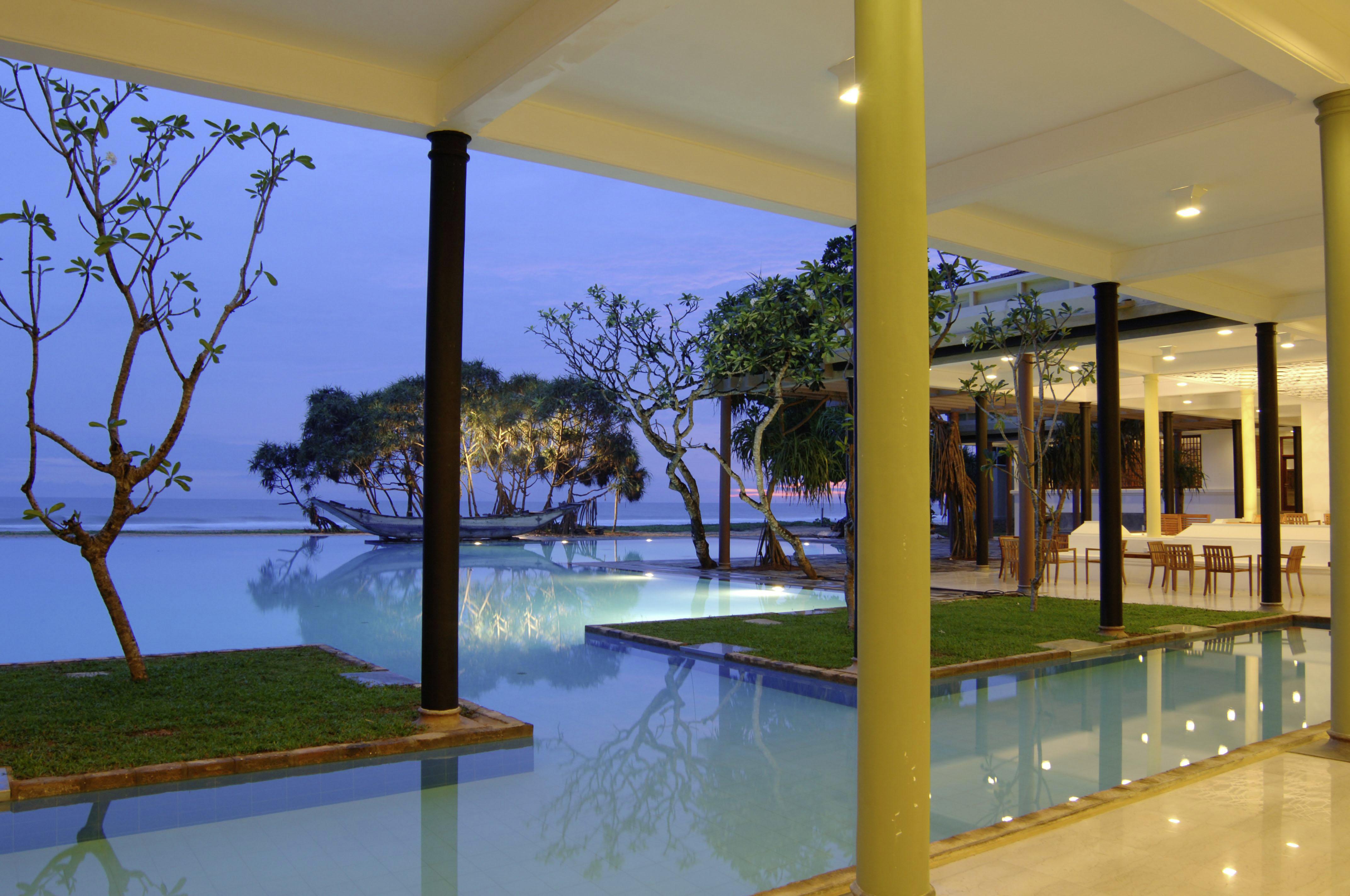 Bildet viser bassengutsikten fra et av hotellene til Apollo på Sri Lanka. FOTO: Apollo
