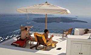 Magne Gundersen i Sparebank1 mener vi ikke må glemme å kose oss på ferie med god samvittighet. Bildet er fra Santorini, Hellas. Foto: Dag W. Grundset / NTB scanpix