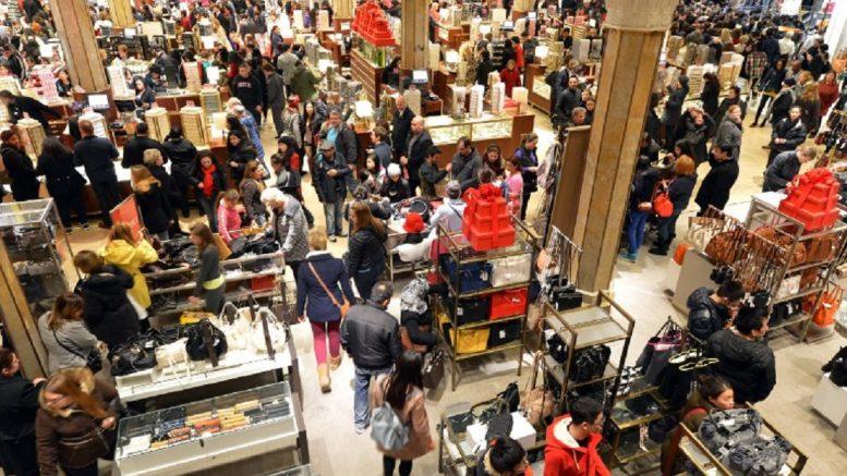 a8d8c932 Vær oppmerksom på at ikke alle varer blir billigere på Black Friday. Bildet  viser kunder som jakter gode kjøp på Macy's i New York ved en tidligere ...